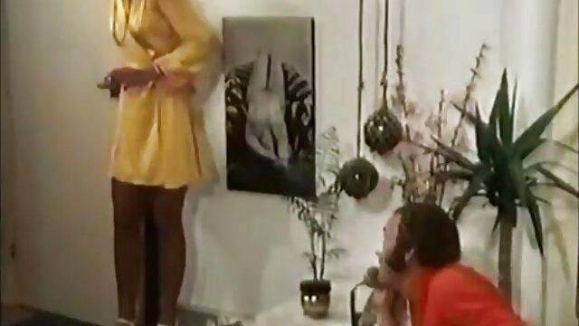 دختر کوچک است که نازک کشیده شده به تصاویر متحرک سک دو را cocks
